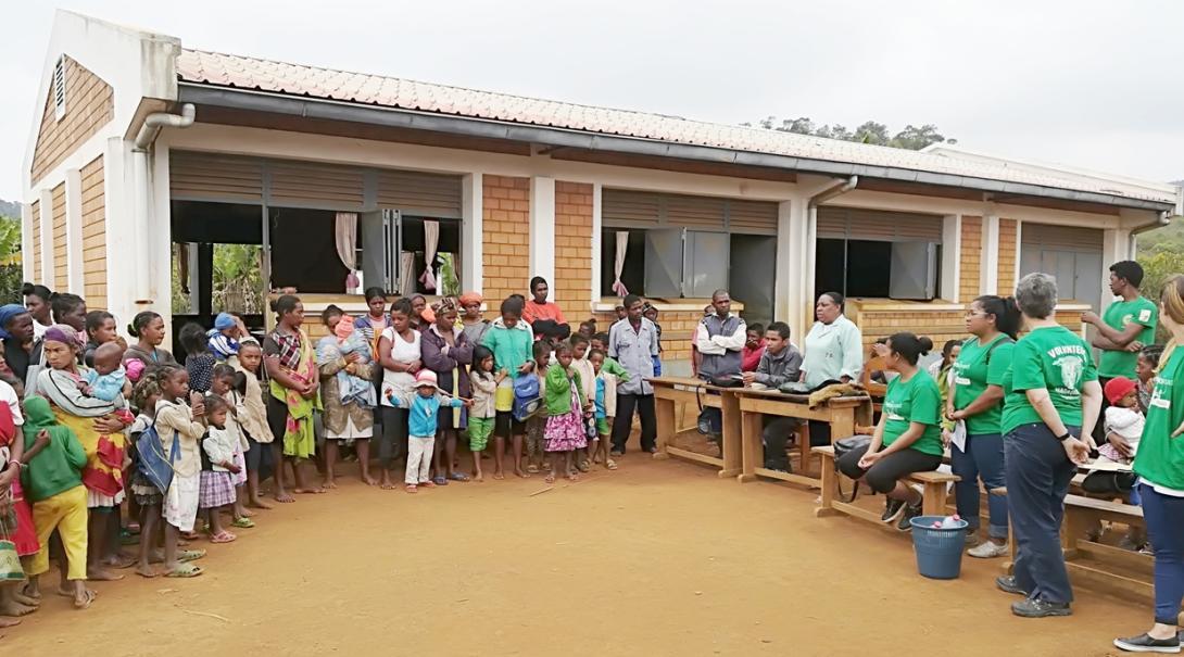 マダガスカルの学校で公衆衛生活動に努めるインターンたち